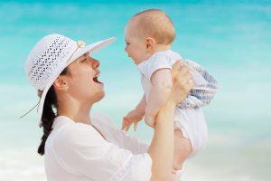 Maman et bébé au soleil